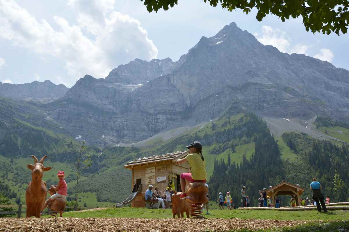 Wenn Sie die Hüttentour mit Kindern wandern: Planen Sie genügend Zeit bei der Engalm am großen Ahornboden ein, der Spielschatz Engalm ist besonders schön gemacht